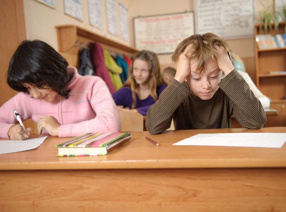 """中国青年报:大学生""""增负"""" 评教制度要完善"""